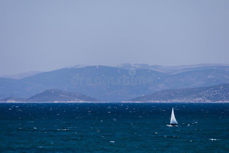 Segeln auf das türkische Ägäische Meer lizenzfreies stockbild