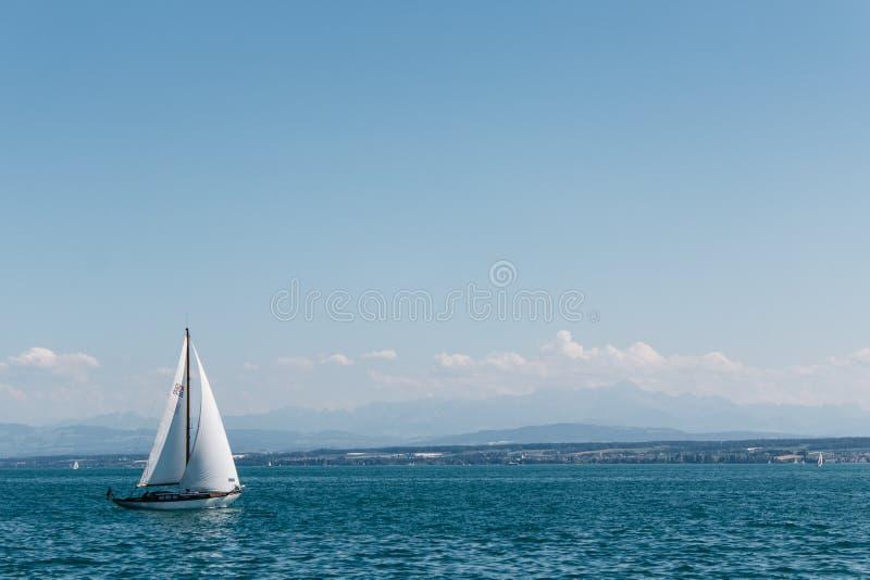 Segeln auf dem Meer unter blauen Himmeln stockbild