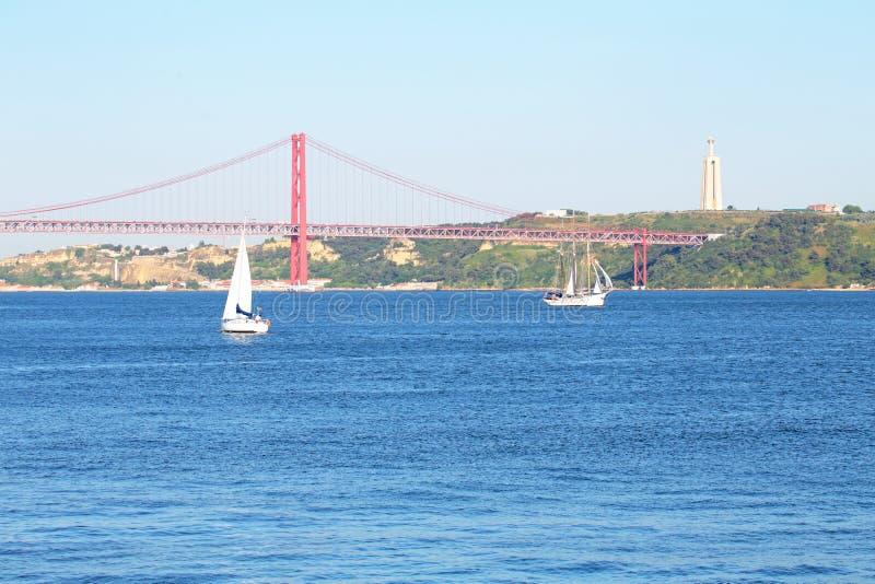 Lissabon Fluss segeln auf den fluss tejo in lissabon portugal stockbild bild