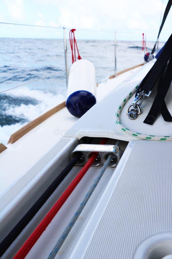 Segeln auf eine Yacht im Ozean stockfotos