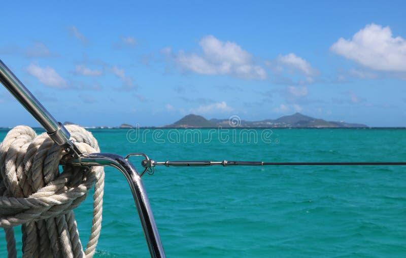 Segeln auf eine Yacht im Ozean lizenzfreie stockfotos