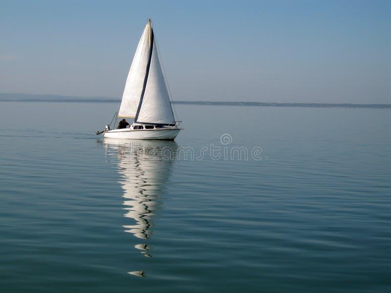 Segeln-Boot am balaton stockbild