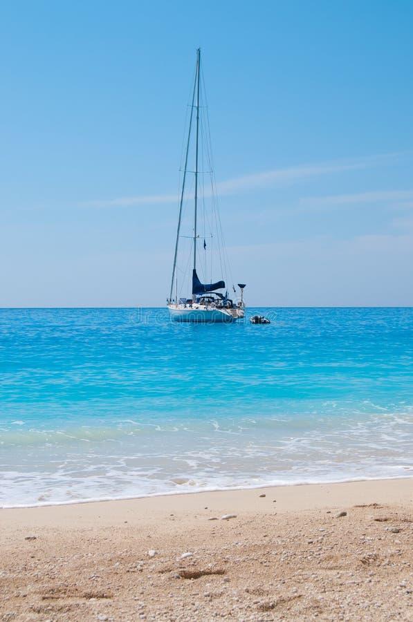 Segeln-Boot nahe Sandy-Strand stockfoto