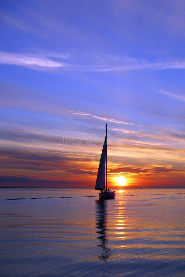Segeln in den Sonnenuntergang stockfotografie