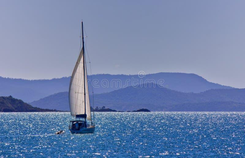Segeln einer Yacht in den Pfingstsonntagen lizenzfreies stockfoto