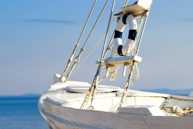 Segeln mit dem Boot stockbilder