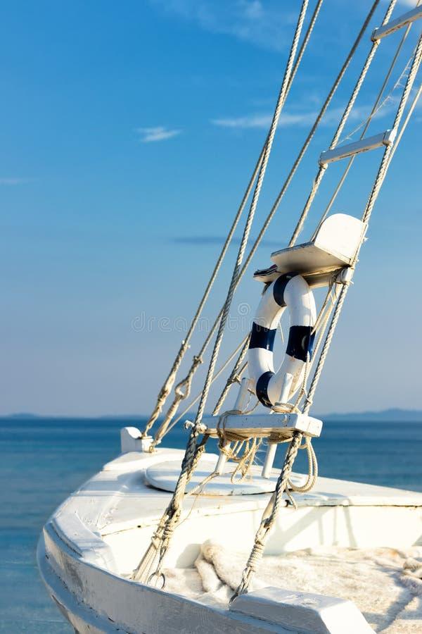 Segeln mit dem Boot stockbild