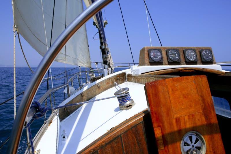 Segeln mit einem alten Segelboot stockbild