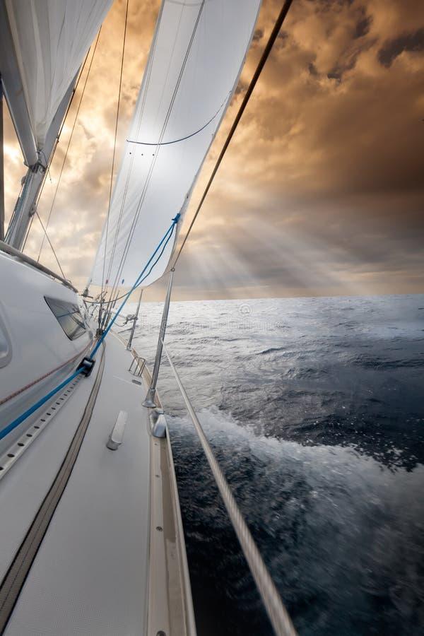 Segeln in Richtung zum Sonnenuntergang lizenzfreies stockfoto