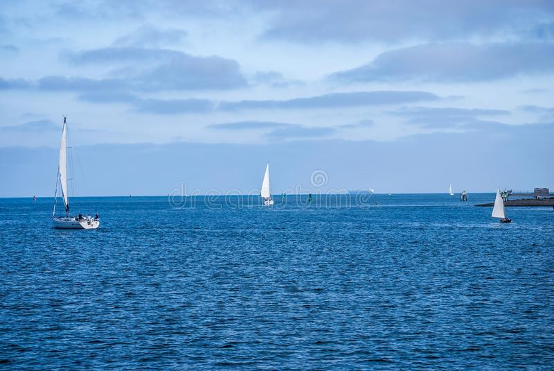 Segeln San Diego Harbor lizenzfreie stockbilder