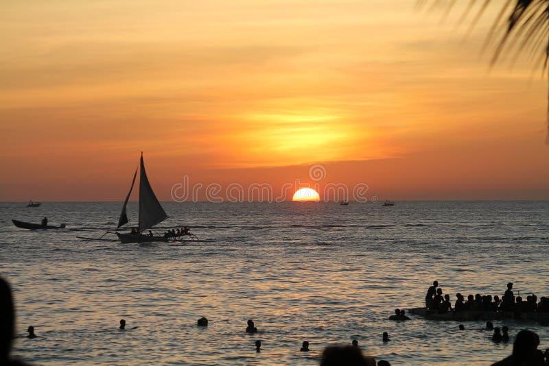 Segeln Sie in Sonnenuntergang lizenzfreie stockfotos