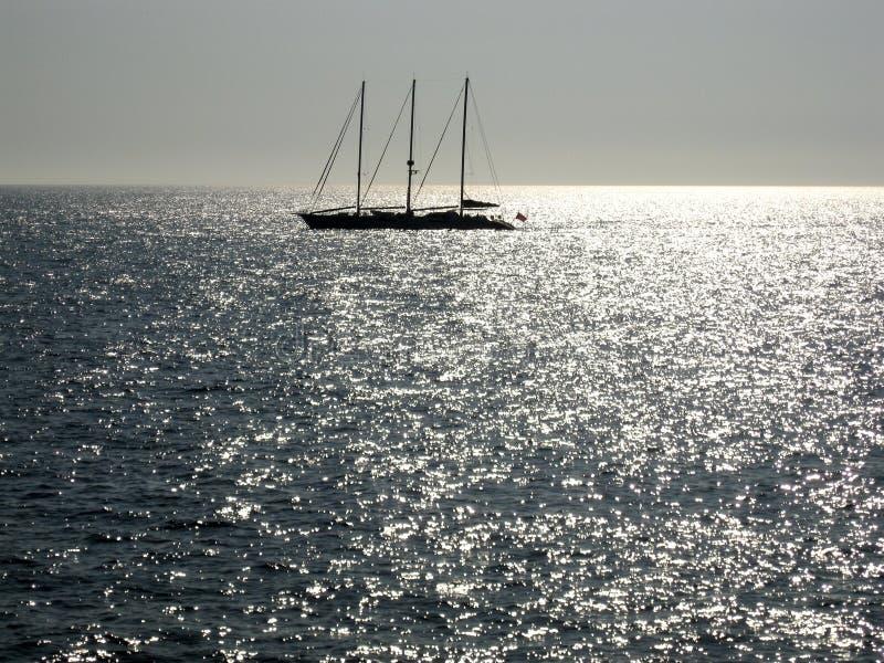 Segeln in silbernes Meer lizenzfreies stockbild