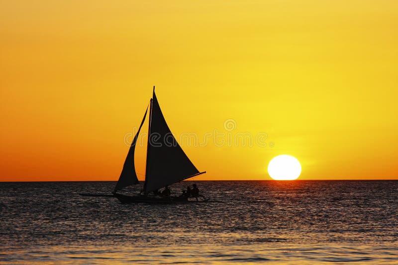 Segeln in Sonnenuntergang stockfotografie