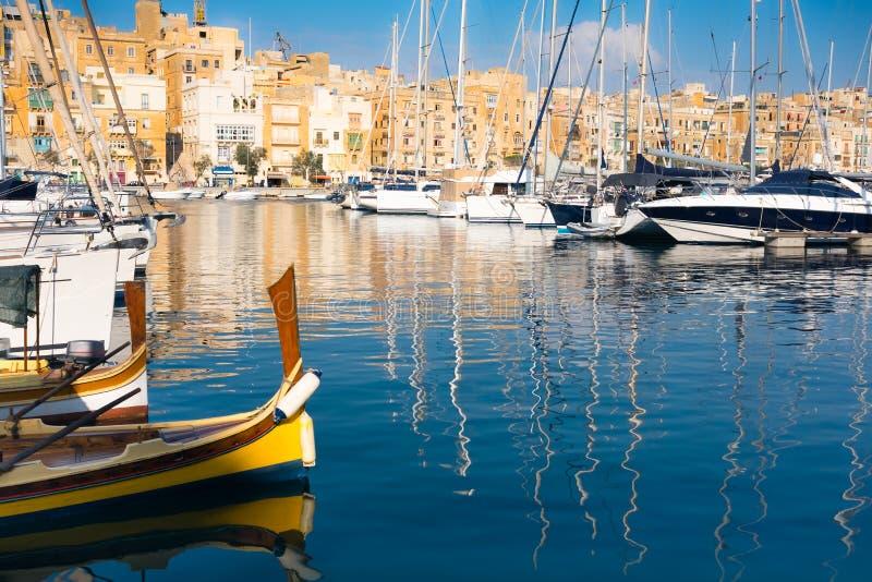Segeln und Fischerboote auf Senglea-Jachthafen, Valletta, Malta stockbilder