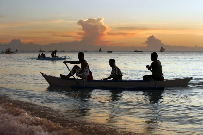 Segeln und Sonnenuntergang lizenzfreies stockfoto