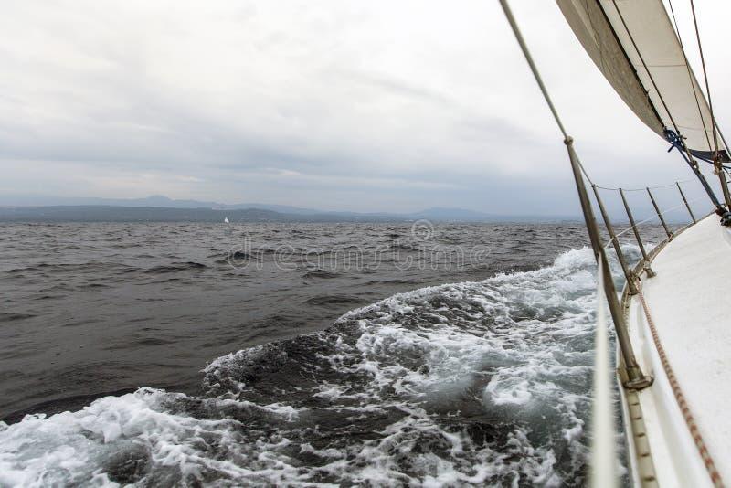 Segeln in wolkiges Wetter yachting Reise stockbilder