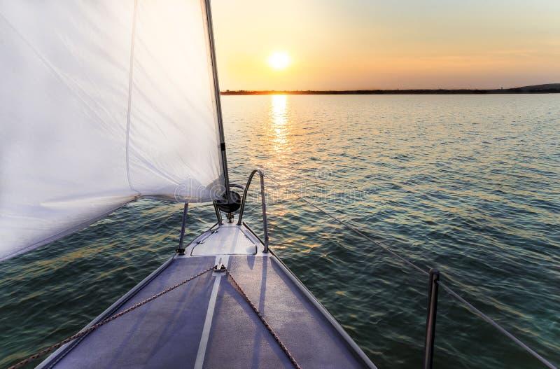 Segeln zum Sonnenuntergang stockfotografie