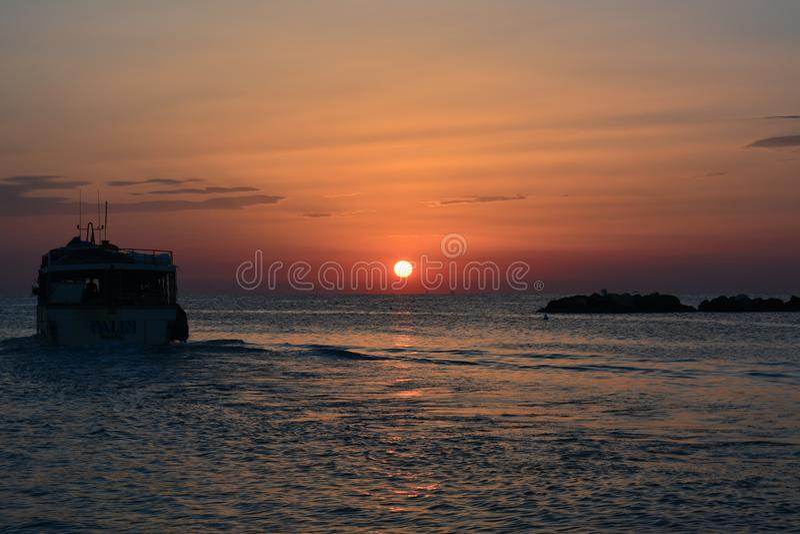 Segeln zur Sonne lizenzfreies stockbild