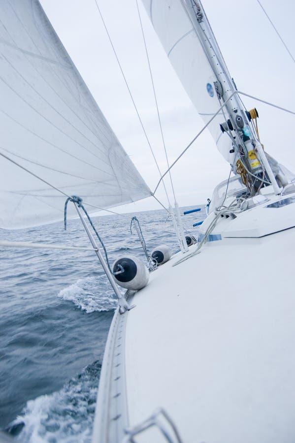 Segelnboot am bewölkten windigen Tag stockbilder