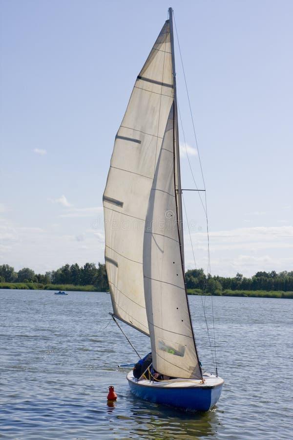 Segelnboot in dem europäischen See lizenzfreie stockfotografie