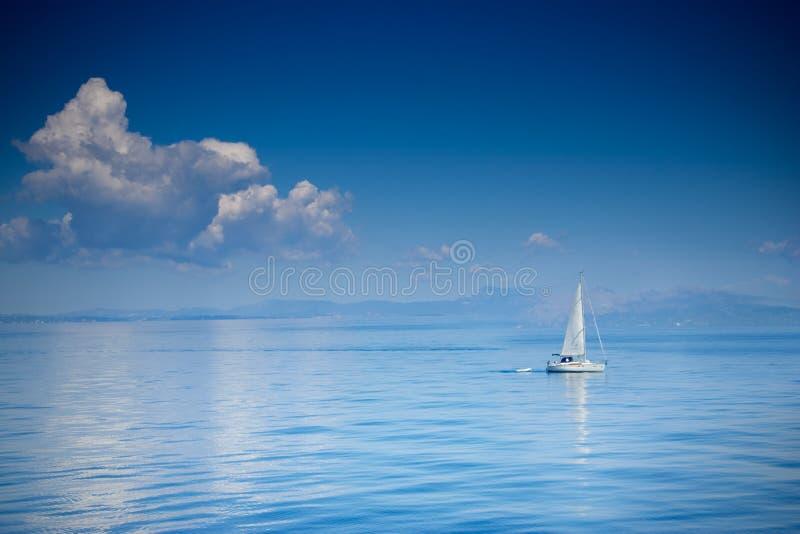 Segelnboot in einer hohen See lizenzfreie stockbilder