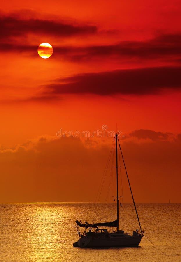 Segelnboot im Korsika-Meer lizenzfreie stockbilder