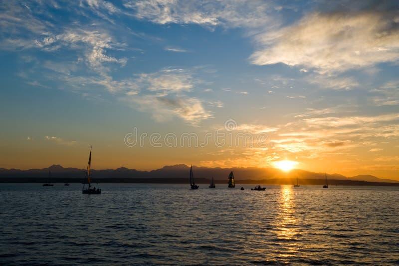 Segelnboote am Sonnenuntergang lizenzfreie stockbilder