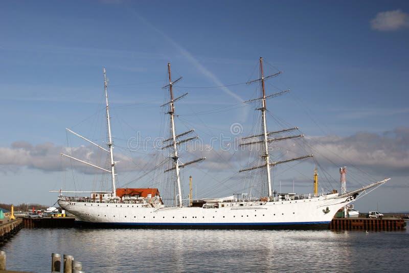 Segelnlieferung am Hafen von Stralsund stockfotografie