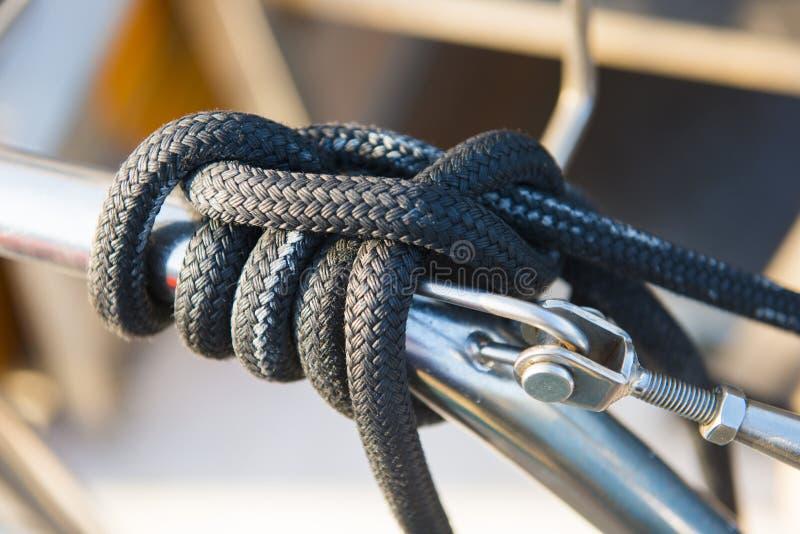 Segelnseil auf Katamaranboot lizenzfreies stockbild
