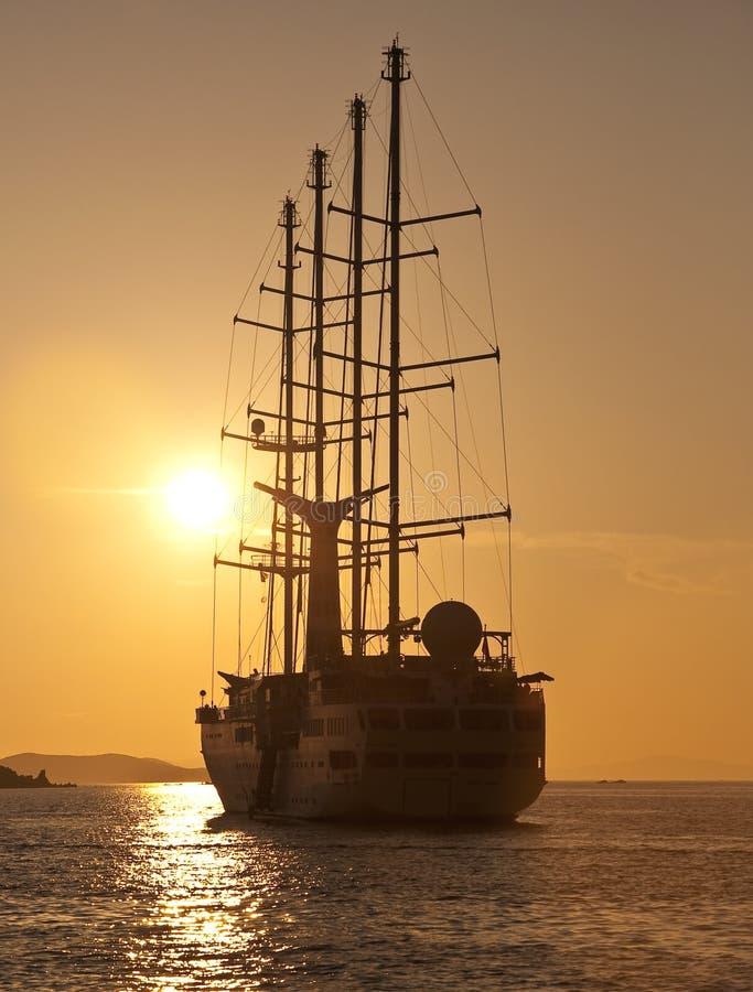 Segelnyacht für eine romantische Reise am Sonnenuntergang stockfotos