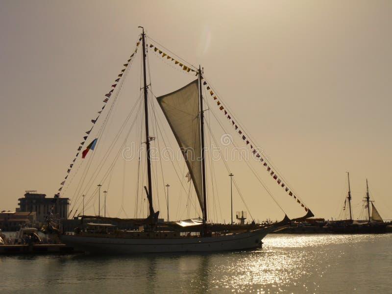 Segelschiff in dem Meer stockfotografie