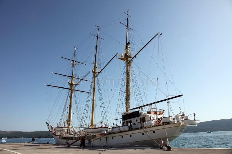 Segelschiff am Dock lizenzfreies stockbild