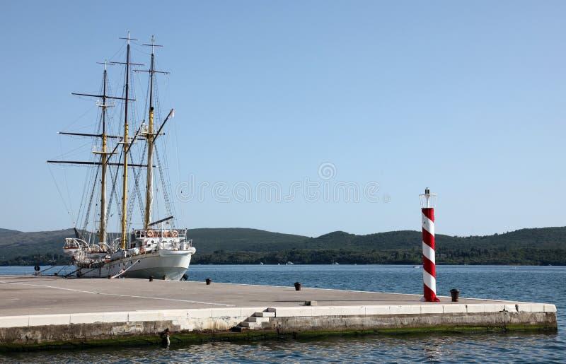 Segelschiff am Dock stockfotografie