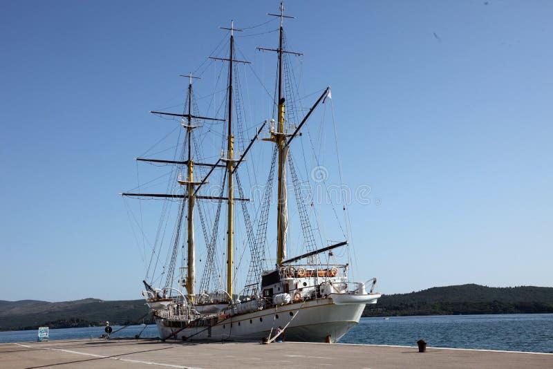 Segelschiff am Dock stockbild