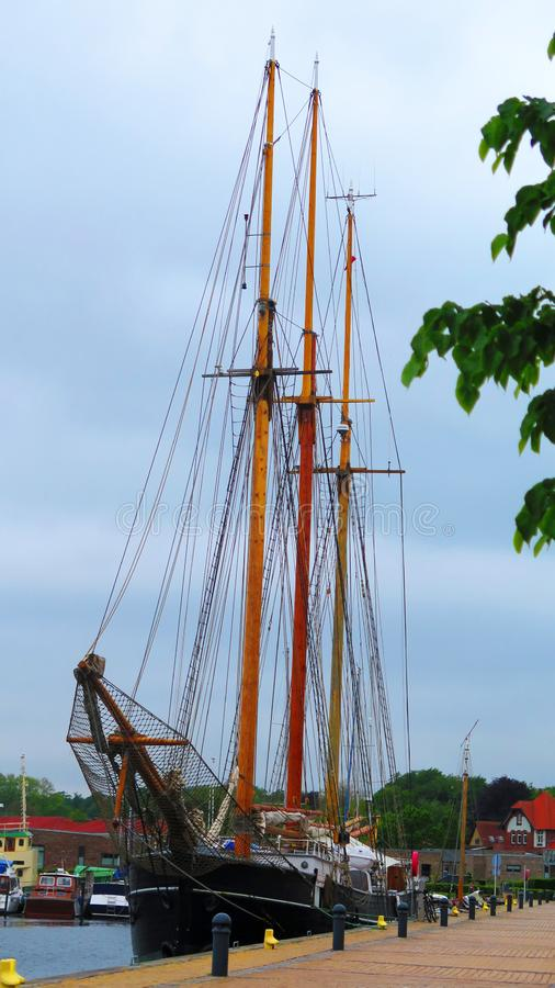 Segelschiff am Kai in südlichem Dänemark-Dorf lizenzfreie stockfotografie