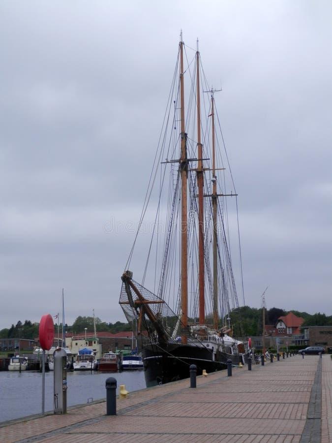 Segelschiff am Kai in südlichem Dänemark-Dorf stockfotografie