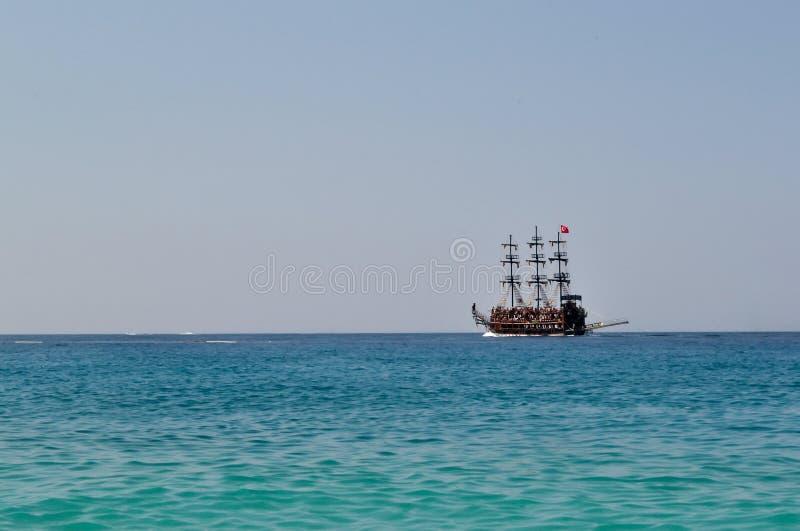 Segelschiff mit Masten auf dem Meer lizenzfreies stockfoto