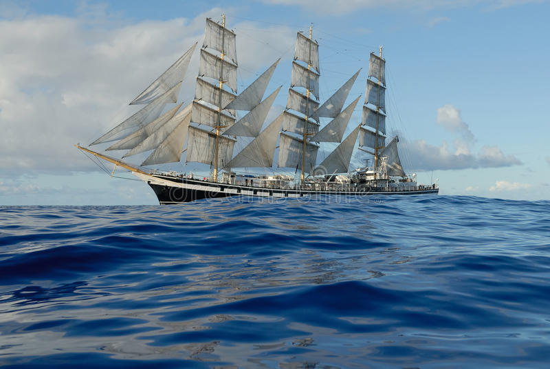 Segelschiff unter vollem Segel stockbilder