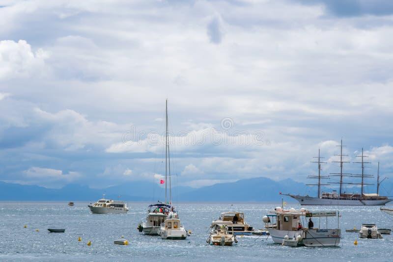 Segelschiff, Yachten, Fischerboote und Boote in Amalfi-Hafen Marina Coppola, Amalfi-Hafen, Provinz von Salerno, die Region von Ca lizenzfreies stockfoto