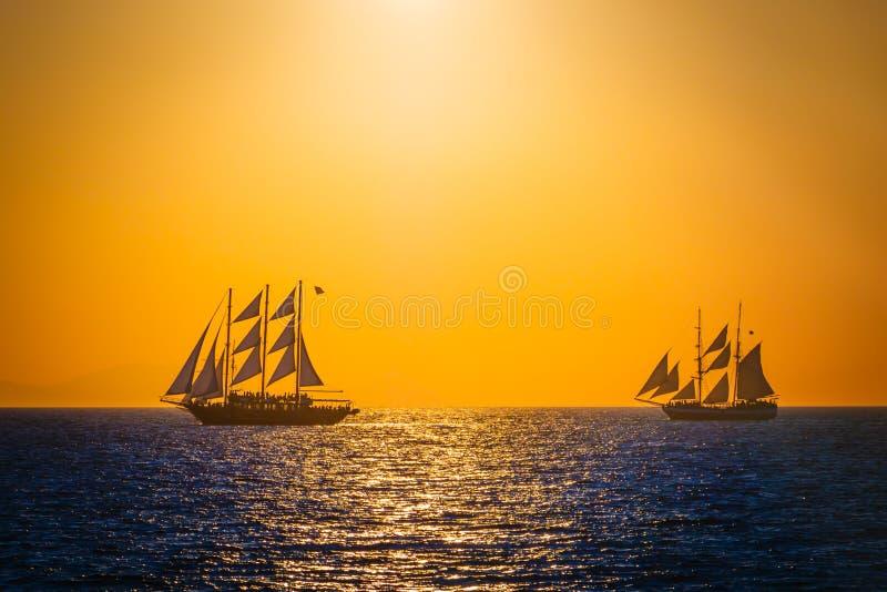 Segelschiffe auf dem meer sonnenuntergang  Segelschiffe Auf Dem Meer Im Sonnenuntergang Stockbild - Bild ...