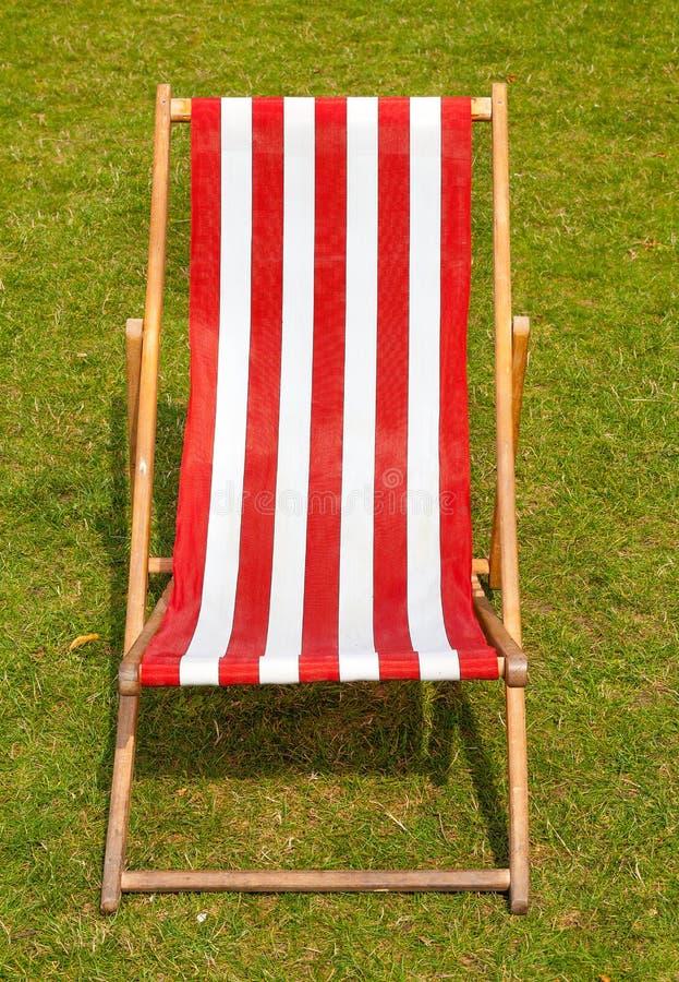 Segeltuch deckchair auf einem grasartigen Rasen im Sommer. lizenzfreies stockfoto