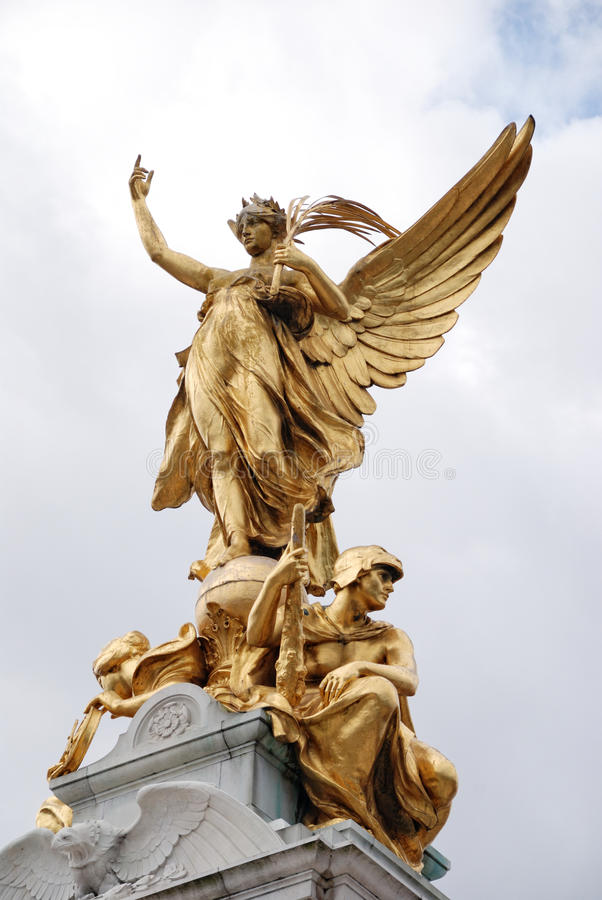 seger för staty för buckinghamlondon slott arkivfoto