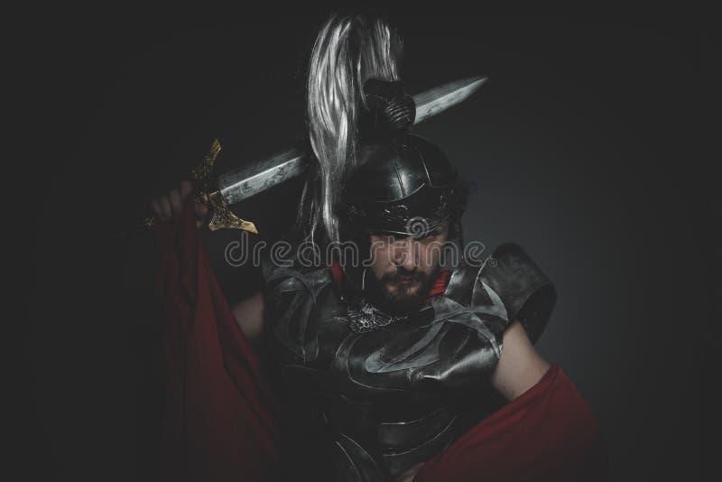 Seger, Praetorian romersk legionär och röd kappa, harnesk och swo royaltyfria foton