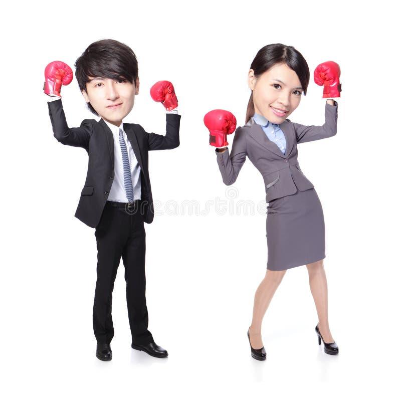 Segern för affärsmannen och kvinnaposerar med boxninghandskar royaltyfria bilder