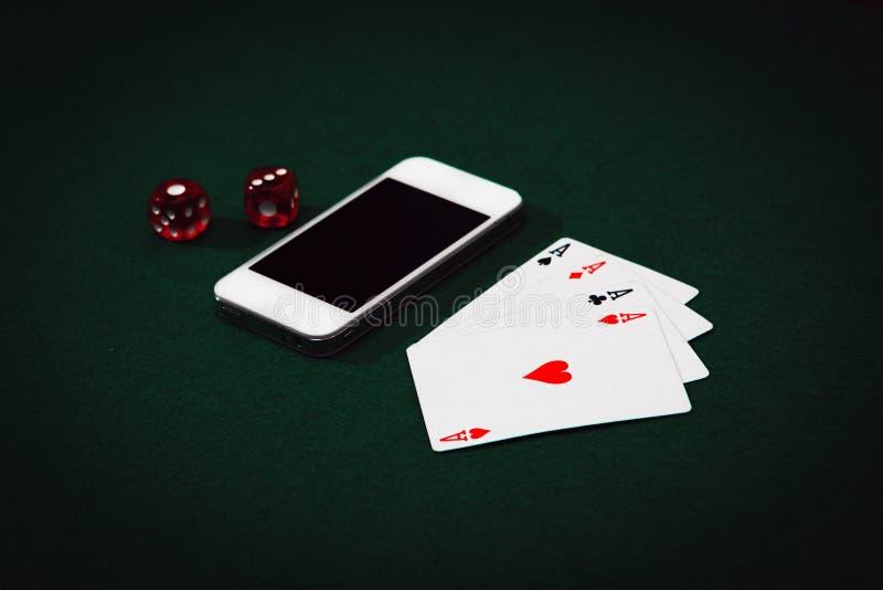 Segerpengar på internet som spelar poker direktanslutet royaltyfria foton