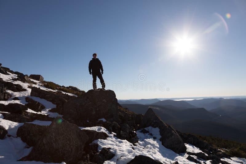 Segerrik man som tycker om framgången av Richardsonen Mountains fotografering för bildbyråer