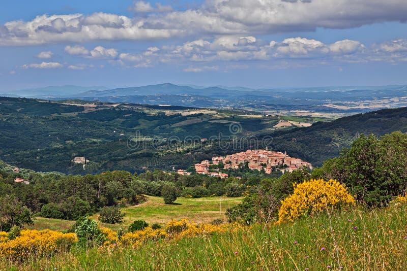 Seggiano, Grosseto, Toscanië, Italië: landschap van het platteland met de oude heuvelstad royalty-vrije stock foto