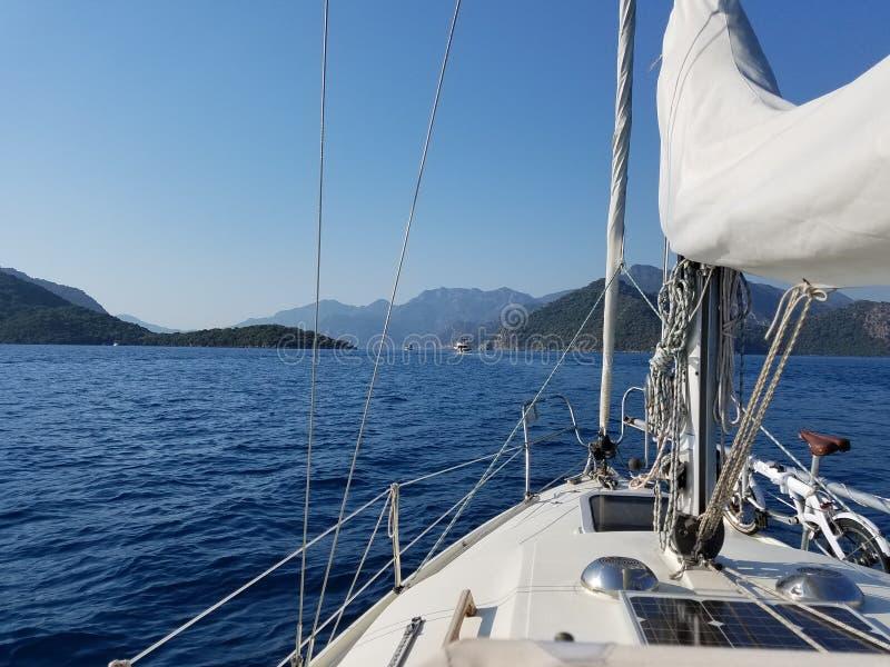 Segla segla att kryssa omkring royaltyfria bilder