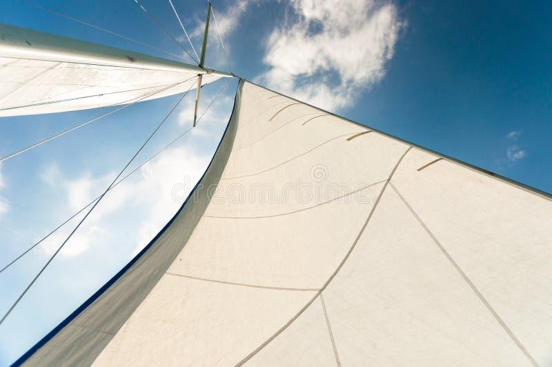 Segla av en segelbåt royaltyfri fotografi