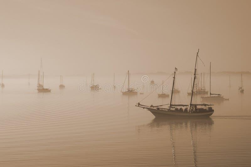 Segla fartyg i dimman i St Augustine fotografering för bildbyråer